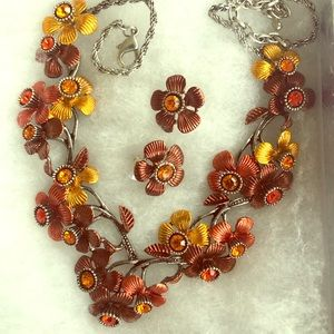 V-shaped necklace/earrings amber flowers w/stones.